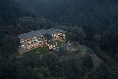有个改造的民宿院子、隐于山间,呈现最静美的样子